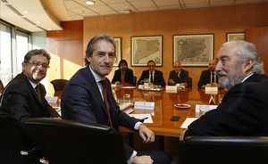 Momento de la reunión entreel ministro de Fomento, Íñigo de la Serna (en primer plano), y el conseller de Territori i Sostenibilitat, Josep Rull, este miercoles.
