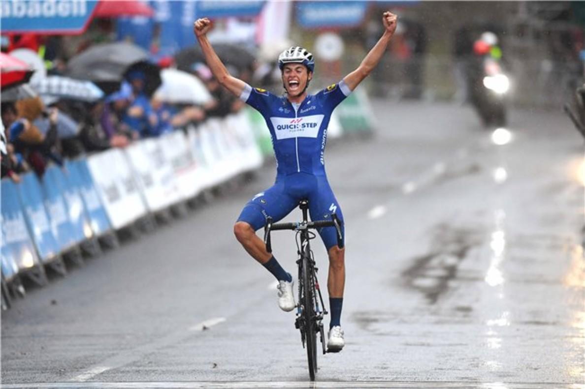 Enric Mas entra victorioso en la útima etapa de la Vuelta al País Vasco.