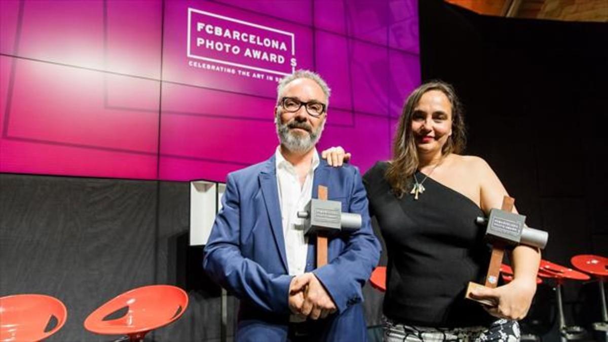 El escocés Craig Easton y la alicantina Cristina de Middel, ganadores de los FC Barcelona Photo Awards.