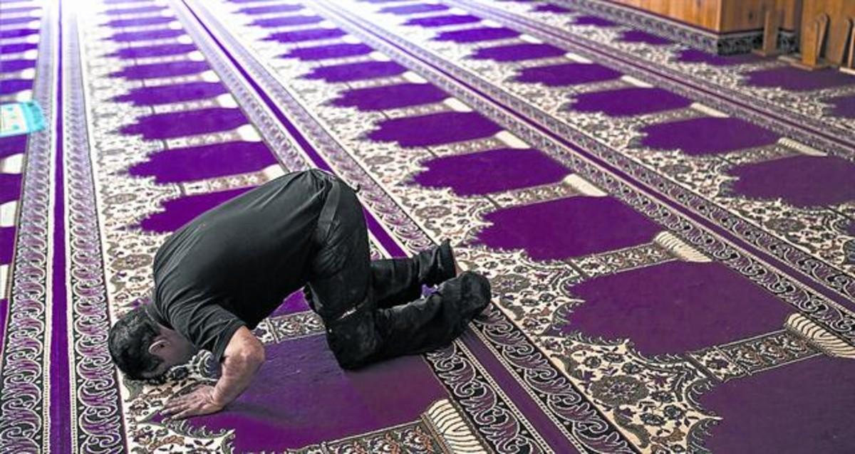 Un fiel reza en al mezquita de Ripoll, el pasado sábado.