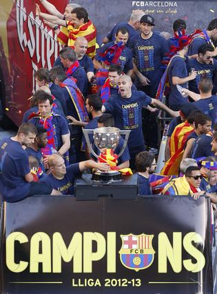 Los campeones celebrando con sus seguidores y también entre ellos mismos.