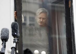 El fundador de WikiLeaks, Julian Assange, detrás de una ventana del edificio de la embajada ecuatoriana en Londres.