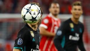 Luka Modric intenta controlar el balón en el partidode semifinales de la Champions Bayern-Real Madrid.