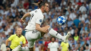 Gareth Bale controlando el balón en el encuentro ante la Roma