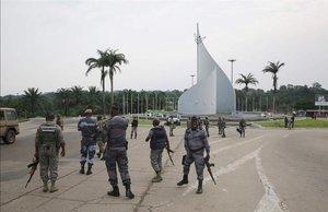 Gendarmes gaboneses patrullan la ciudad de Libreville