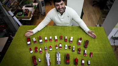 Francesc Climent: «Miniaturizo los coches de mis vivencias como bombero»
