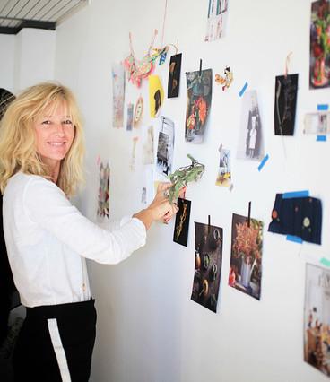 Gudy Herder trabaja en su estudio con un moodboard.