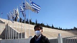 Un hombre con mascarilla a las afueras del Estadio Panathinaikó de Atenas, el pasado 17 de marzo.