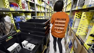 Una trabajadora de Amazon, en el centro logístico de San Fernando de Henares (Madrid).