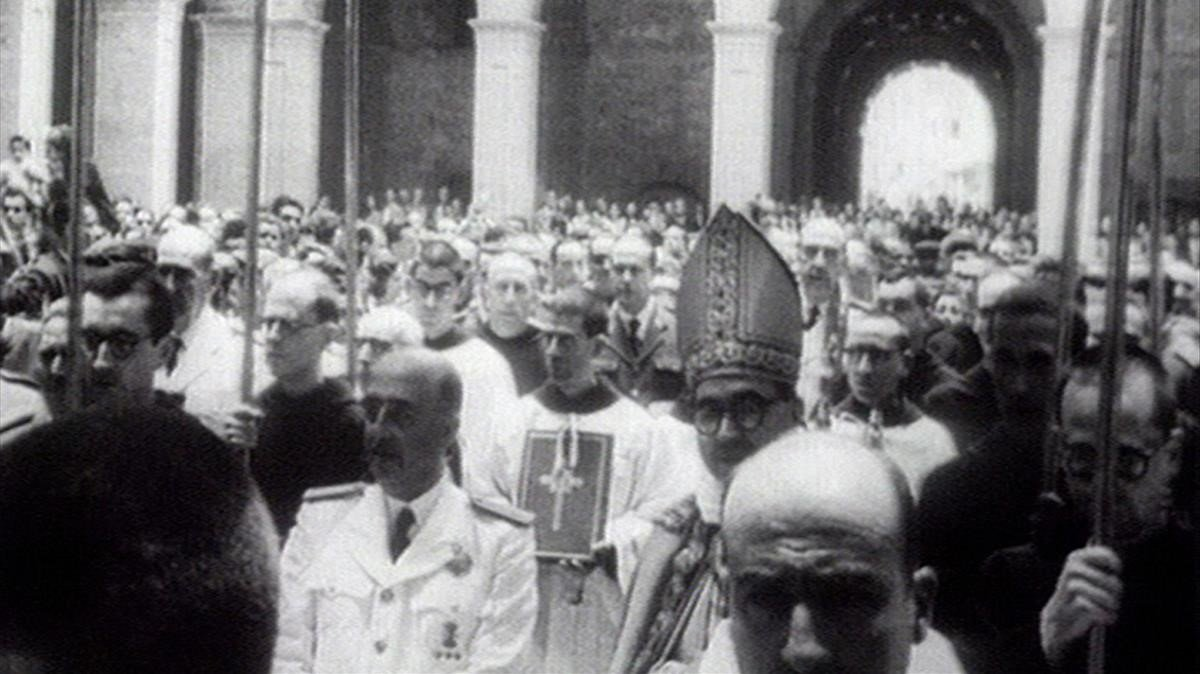 Imagen del programa de TV-3 '30 minuts' de una visita de Franco al monasterio de Montserrat.