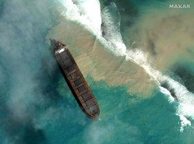Imagen de satélite en la que se aprecia el vertido de petróleo alrededor del buque 'MV Wakashio'.