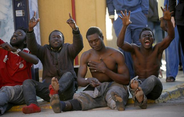 Immigrants subsaharians al CETI, prop de la tanca de la frontera amb el Marroc.