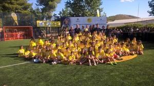 Iniesta, rodeado de niños en la inauguración de la Cruyff Court de Fuentealbilla (Albacete).
