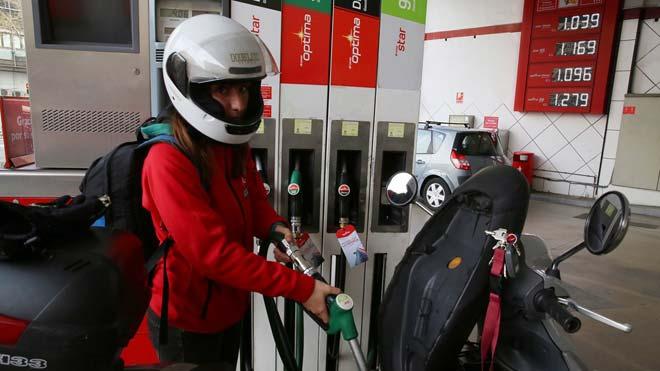 El IPC marca mínimos desde agosto del 2016 tras bajar 7 décimas. En la foto, una gasolinera de la calle de Aragó, en Barcelona.