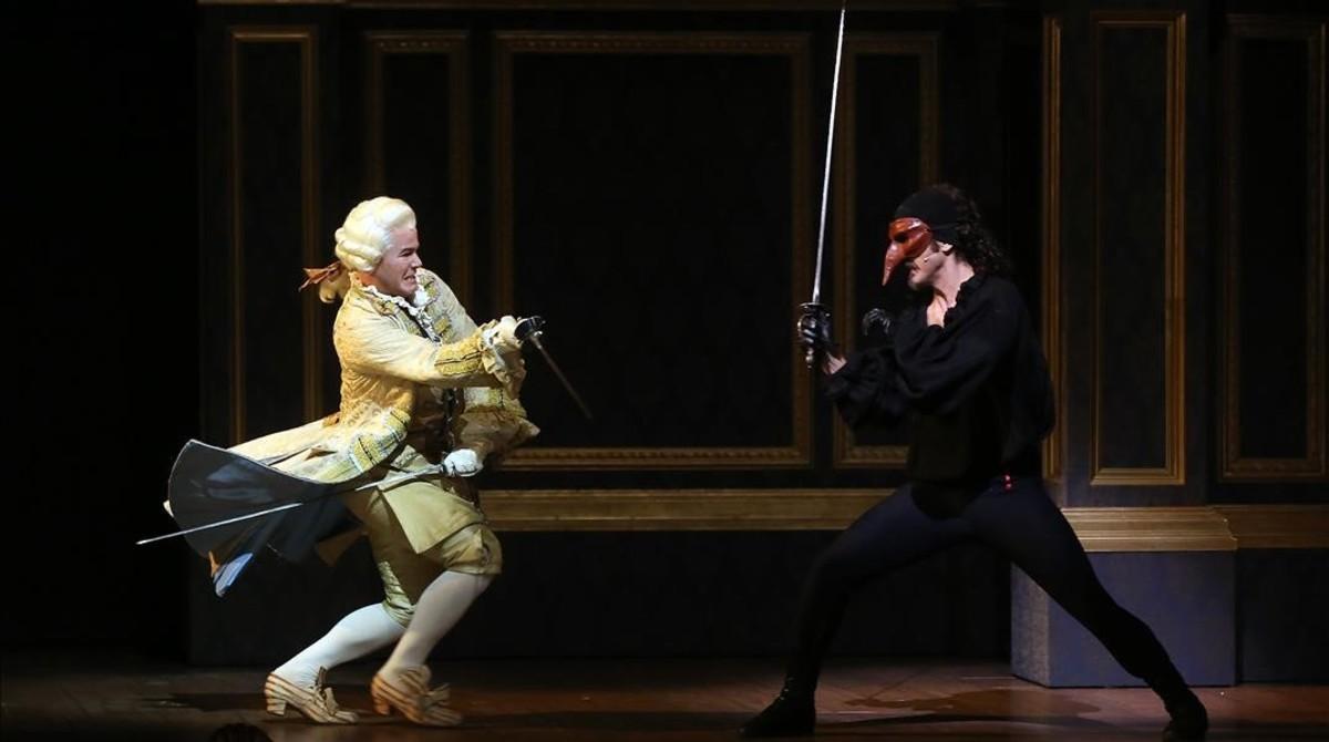 A la izquierda,Ivan Labanda (Marqués de Echalonne) en pleno duelo con Toni Viñals (Scaramouche), en una escena del musical de la compañíaDagoll Dagom.
