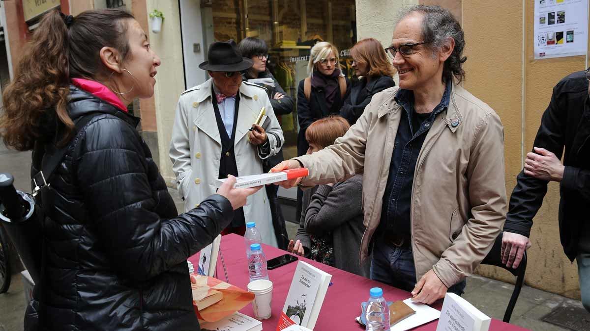 Javier Pérez Andújar junto a una lectora en Taifa Llibres.