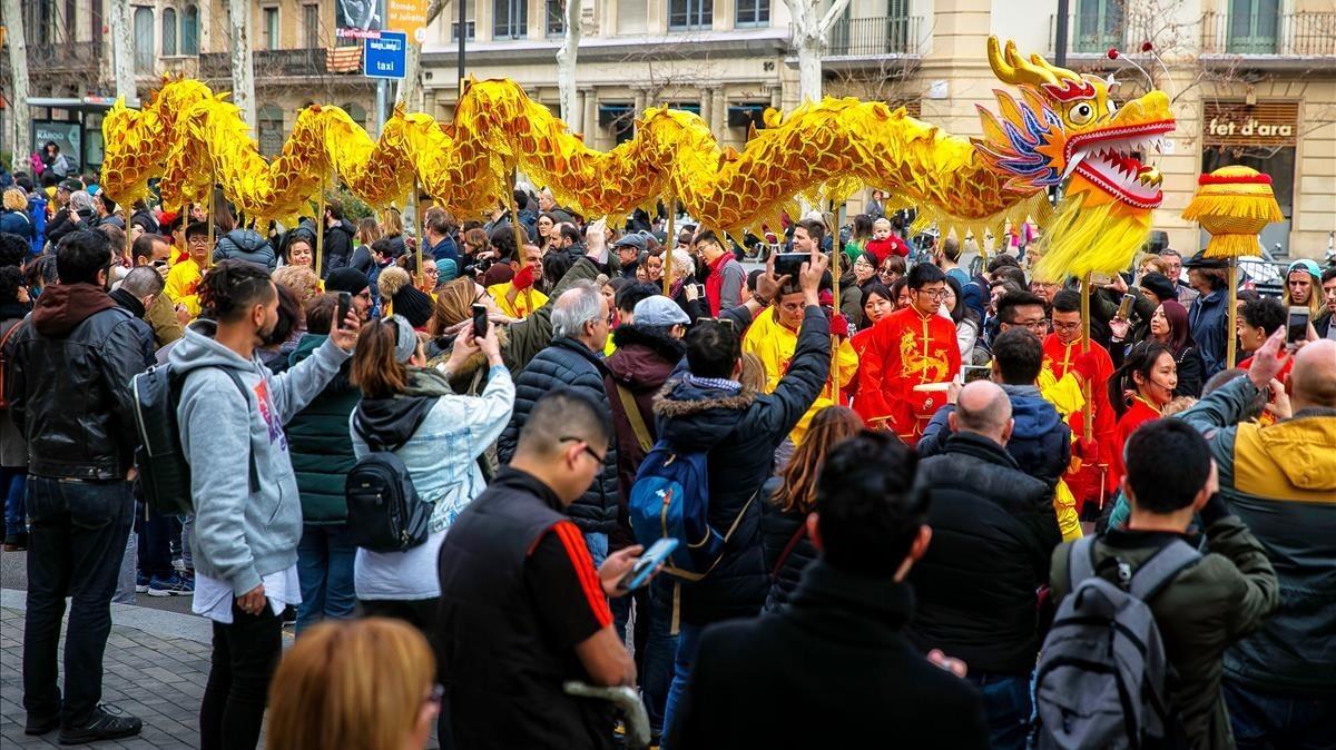 Momento del desfile del Año Nuevo chino que ha recorrido parte del Eixample.