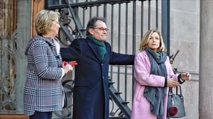 Artur Mas, Joana Ortega e Irene Rigau, en el Palacio de Justicia de Barcelona durante el juicio por el 9-N, en febrero del 2017.