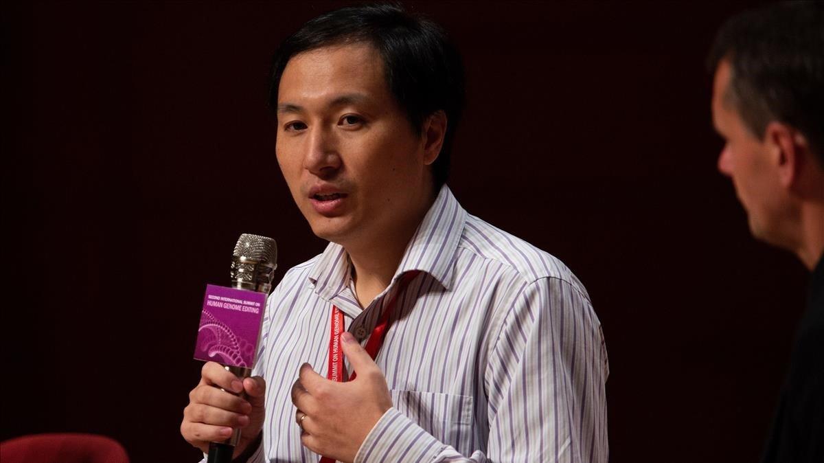 El científico chino He Jiankuidefiende su trabajo en una mesa redonda celebrada en el ámbito de la II cumbre internacional sobre Edición del Genoma Humano en la Universidad de Hong Kong.