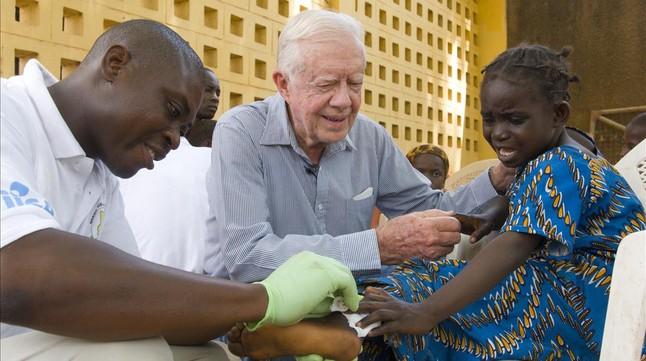 Jimmy Carter, en una campaña de control de la enfermedad de la lombriz de Guinea en el Hospital Savelugu, en Ghana.