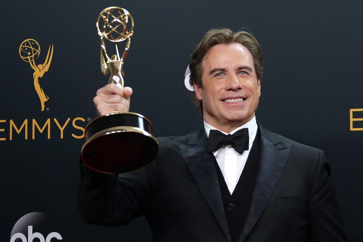John Travolta, con el Emmy por la miniserie The People v. O. J. Simpson.