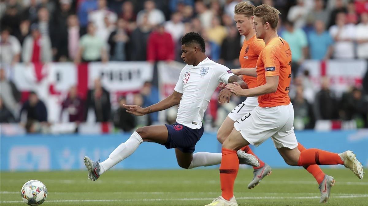 De Jong y De Ligt intentan atrapar a Rashford en la semifinal de la Liga de las Naciones.