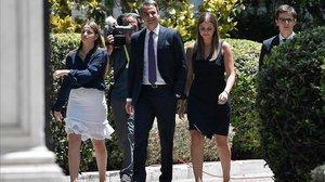 Kyriakos Mitsotakis, con sus hijos tras jurar el cargo de primer ministro.
