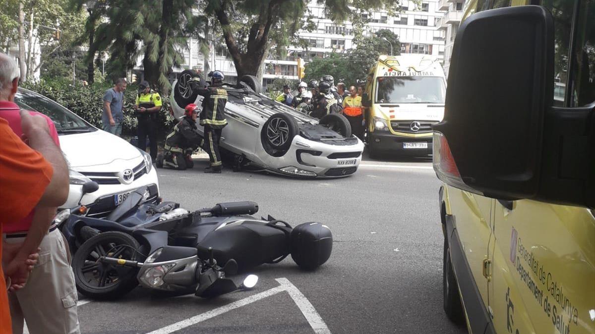 El coche volcado en la confluencia entre Ganduxer y la avenida Diagonal.