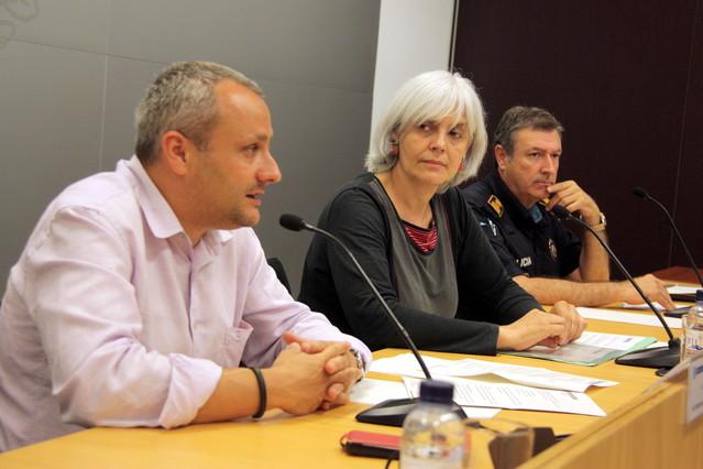 Lalcaldessa de Badalona, Dolors Sabater, acompanyada pel tinent dalcalde, Àlex Mañas, i el superintendent de la Guàrdia Urbana, Conrado Fernández.