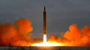 Lanzamiento de un misil balístico de alcance intermedio desde una ubicación desconocida de Corea del Norte, en una foto cedida por la agencia KCNA, el 29 de agosto del 2017.