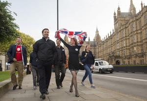 Partidarios de abandonar la UE celebran el resultado del referéndum mientras pasan frente al Parlamento, en Londres.
