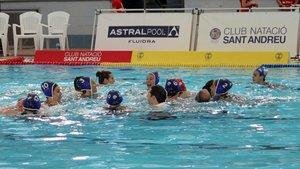 Las jugadoras del Astralpool Sabadell se abrazan tras conquistar la Liga