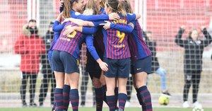 Las jugadoras del Barça se abrazan tras uno de los goles en Vallecas.
