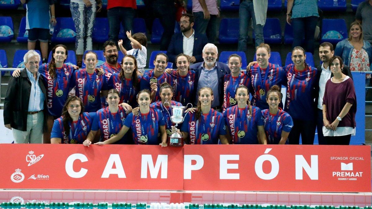 Las jugadoras del CN Mataró posan con las medallas como supercampeonas de España.