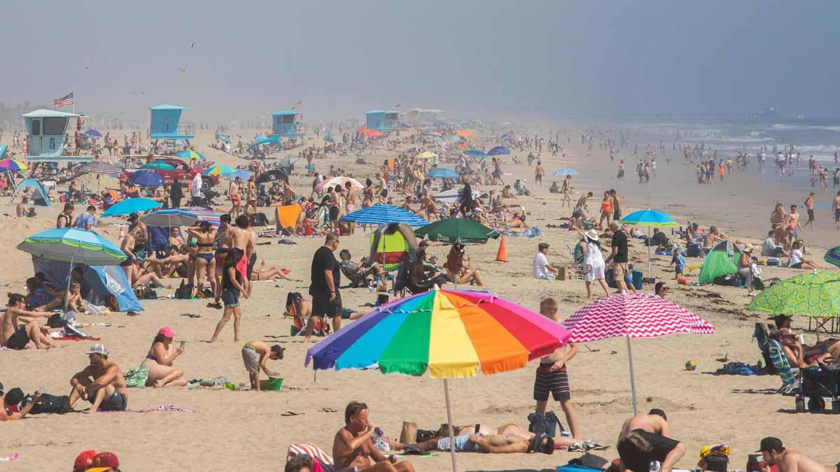 Las playas de California, abarrotadas pese al coronavirus