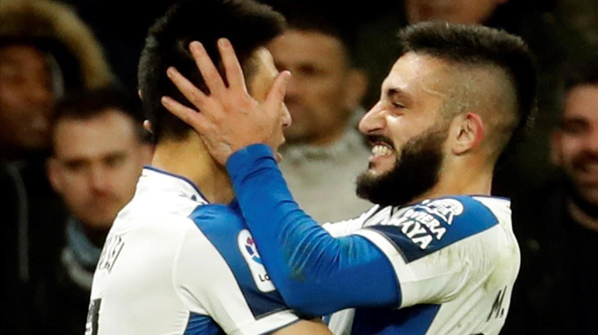 Wu Lei y Monito Vargas celebran un gol del Espanyol en el derbi ante el FC Barcelona en Cornellà-El Prat.