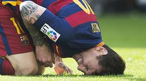 Leo Messi aprieta los dientes tras lesionarse la rodilla izquierda en los primeros minutos del partido contra el Las Palmas.