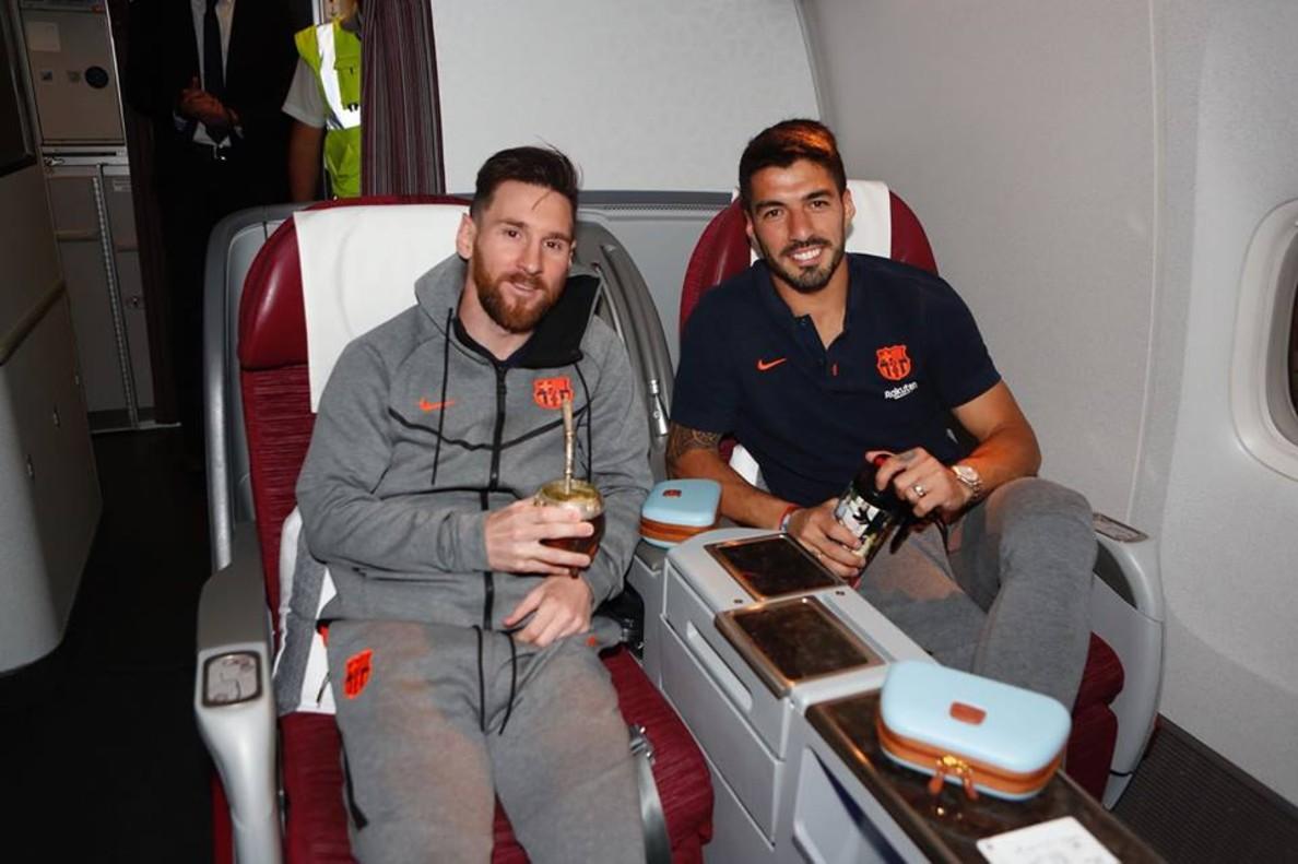Leo Messi y Luis Suárez juntos en el avión que les lleva a Sudáfrica para el amistoso del miércoles.