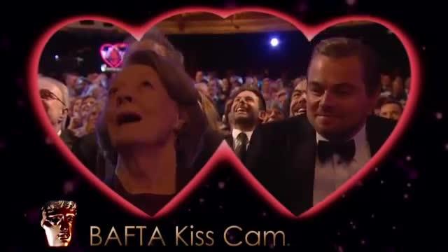 Leonardo DiCaprio y Maggie Smith se besan en la kiss cam