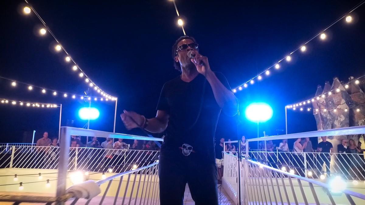 El cantante Lexter, durante una reciente actuación en las Nits Màgiques de la Casa Batlló.