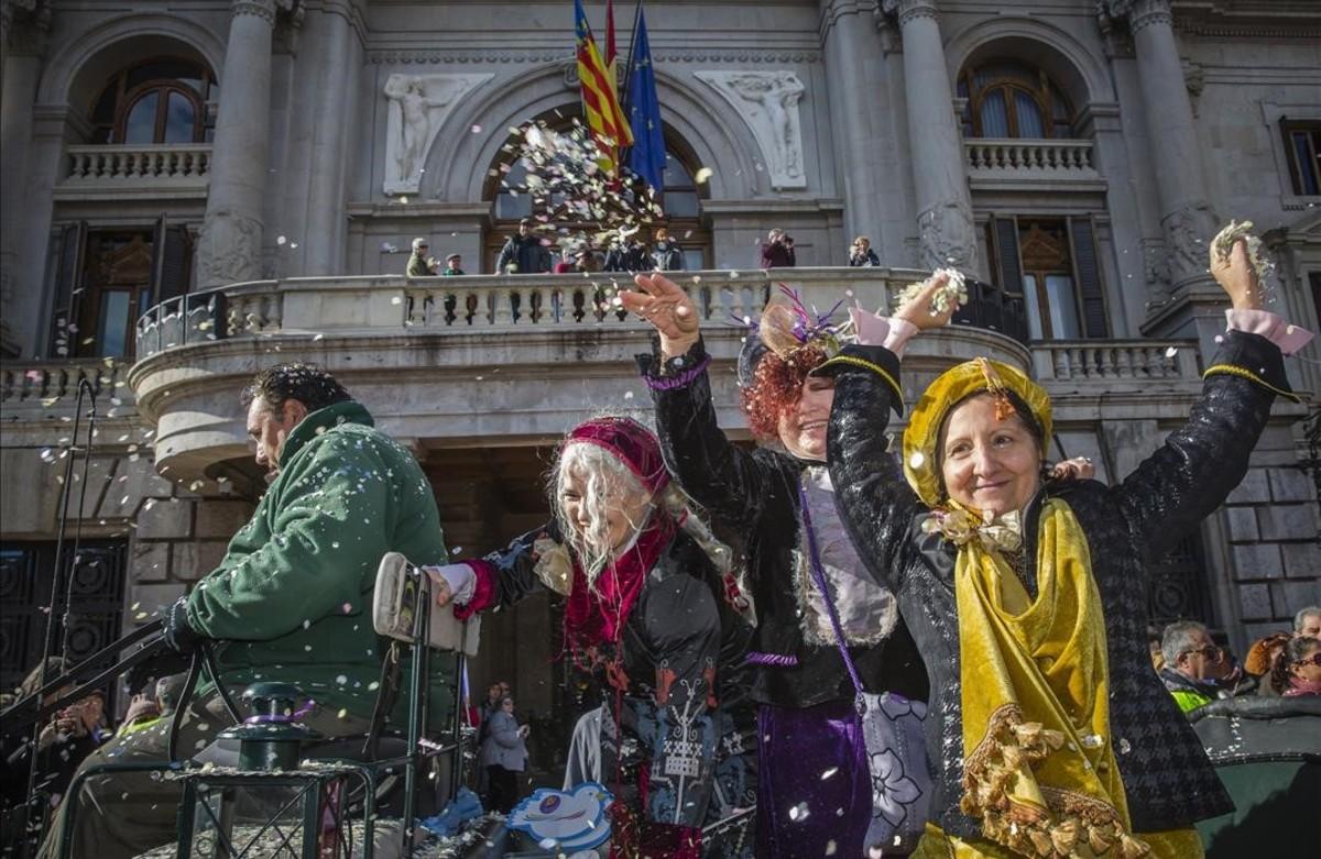 Libertad, Igualdad y Fraternidad, las Magas de Enero, saludan al público a su llegada al Ayuntamiento de València en una de las anteriores ediciones