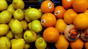 Naranjas y limones en un mercado.
