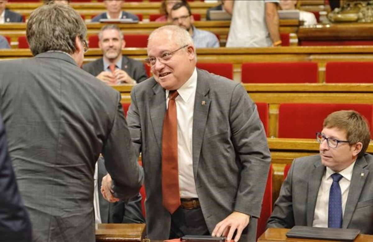 Lluís Puig con Puigdemont en el Parlament