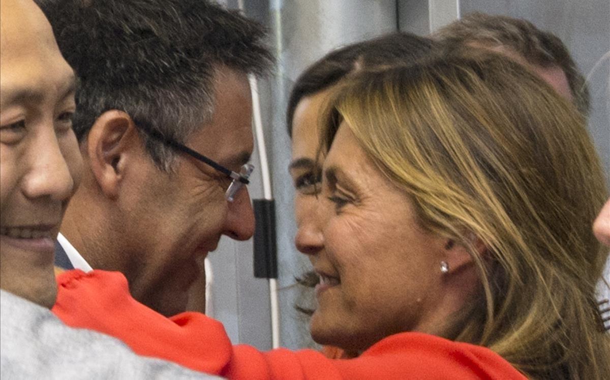 Josep María Bartomeu y su esposa Marta Frías, en julio del 2015, tras un sondeo de TV3 favorable a su regreso a la presedencia del Barça.
