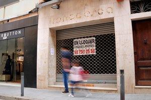 Un local vacío y en alquiler en una de las principales arterias comerciales del centro de Mataró.