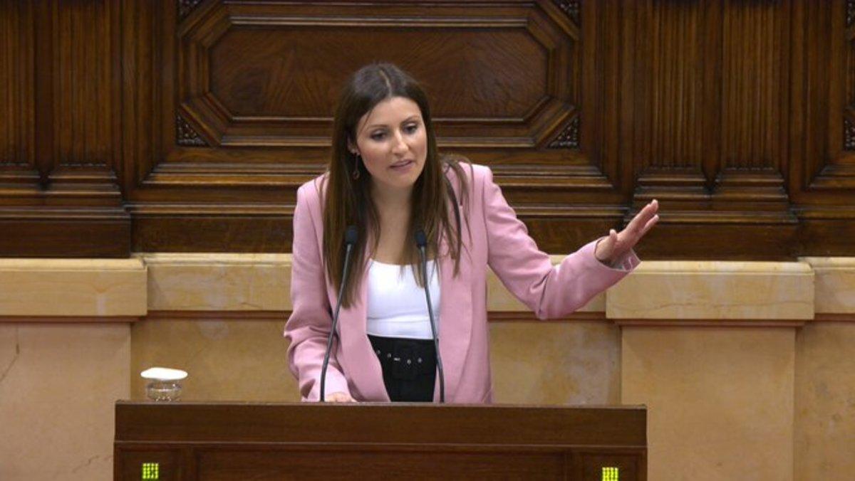 Lorena Roldán defiende la moción de censura contra Torra, en el Parlament.