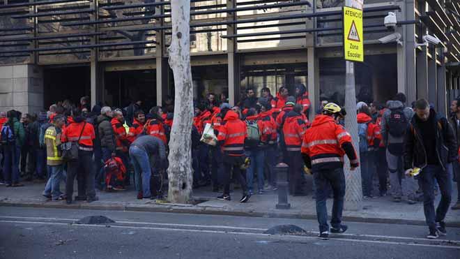 Los Bombers de la Generalitat se concentran frente a la sede de Interior.