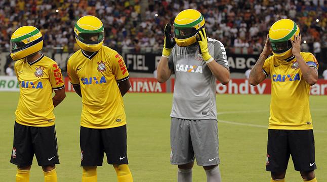 Los jugadores del Corinthians se colocan un casco idéntido al que utilizaba Ayrton Senna, antes de empezar el partido contra el Nacional Manaus perteneciente a la Copa de Brasil.