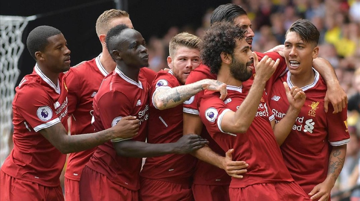Los jugadores del Liverpool se arremolinan en torno a Salah para celebrar un gol en Watford.