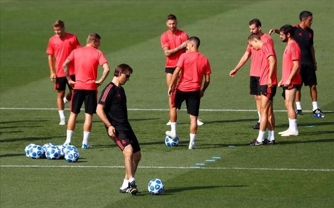 Los jugadores del Madrid, con Lopetegui en primer plano, en el entrenamiento de Valdebebas previo a la Champions